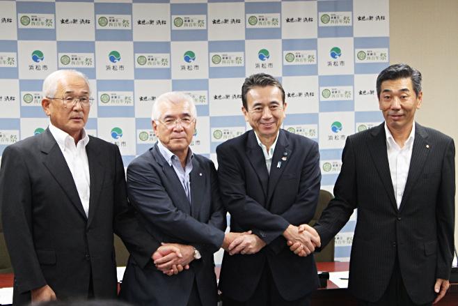 平成27年8月11日 浜松市、遠州信用金庫、浜松信用金庫、西部地域しんきん経済研究所による地方創生に係る「包括連携協定」の締結の様子